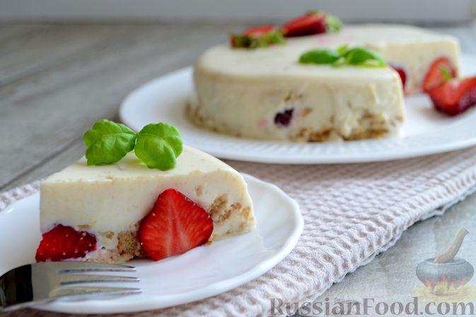 Фото к рецепту: Сметанный торт-желе с клубникой и печеньем