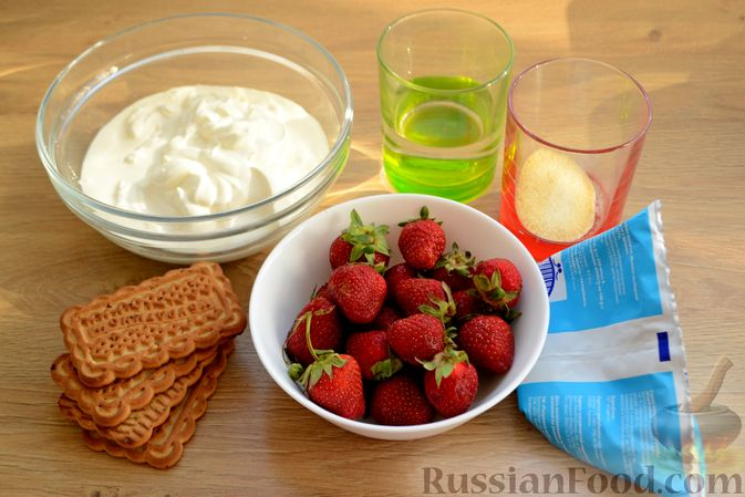 Фото приготовления рецепта: Сметанный торт-желе с клубникой и печеньем - шаг №1