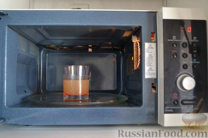 Фото приготовления рецепта: Сметанный торт-желе с клубникой и печеньем - шаг №3