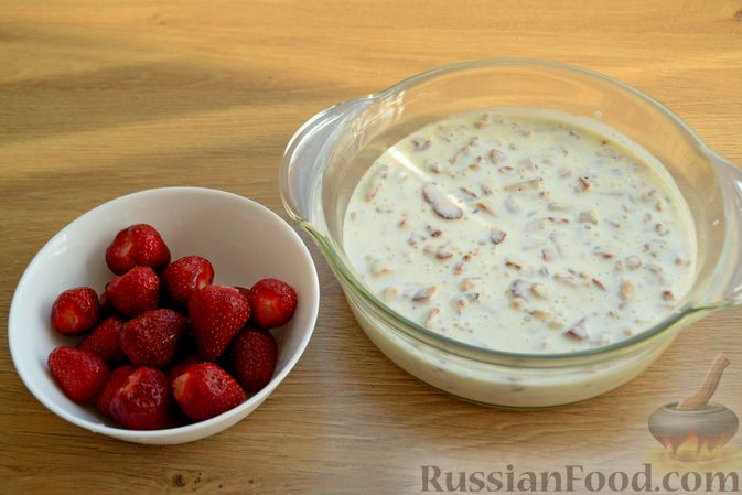 Фото приготовления рецепта: Сметанный торт-желе с клубникой и печеньем - шаг №7