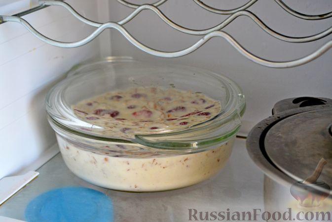 Фото приготовления рецепта: Сметанный торт-желе с клубникой и печеньем - шаг №9