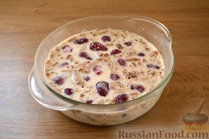 Фото приготовления рецепта: Сметанный торт-желе с клубникой и печеньем - шаг №10