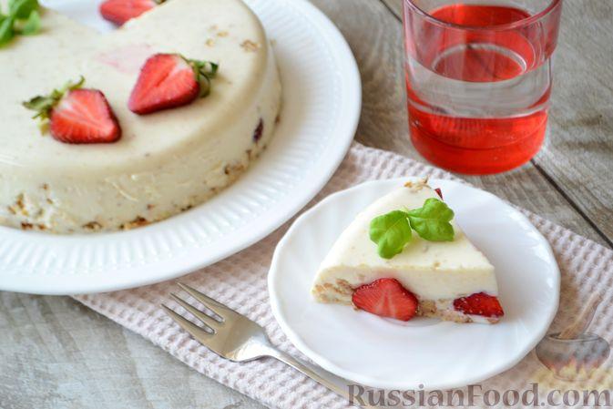 Фото приготовления рецепта: Сметанный торт-желе с клубникой и печеньем - шаг №13