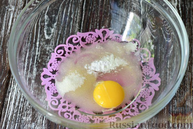 Фото приготовления рецепта: Творожные кнедлики с клубникой - шаг №2