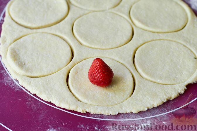 Фото приготовления рецепта: Творожные кнедлики с клубникой - шаг №9