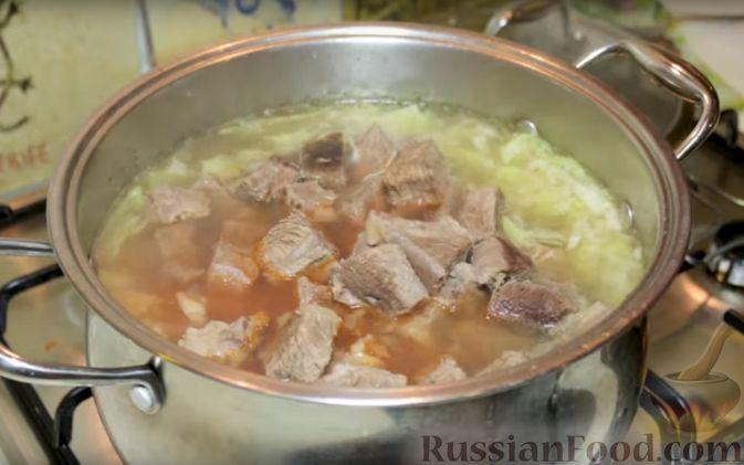 Фото приготовления рецепта: Свинина, запечённая с сухофруктами и медовой глазурью - шаг №6