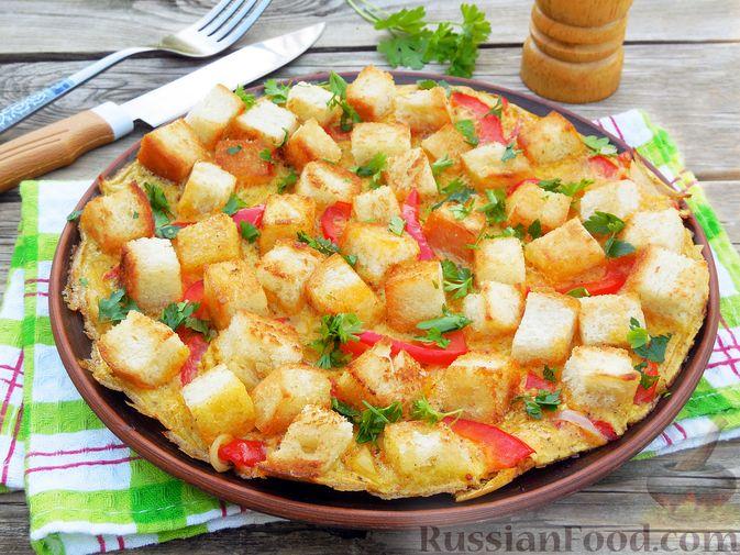 Фото к рецепту: Омлет с хлебом, болгарским перцем и луком