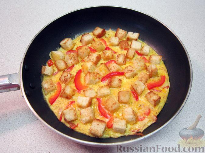 Фото приготовления рецепта: Омлет с хлебом, болгарским перцем и луком - шаг №10