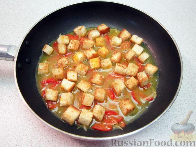 Фото приготовления рецепта: Омлет с хлебом, болгарским перцем и луком - шаг №9