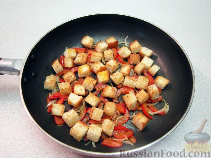 Фото приготовления рецепта: Омлет с хлебом, болгарским перцем и луком - шаг №8
