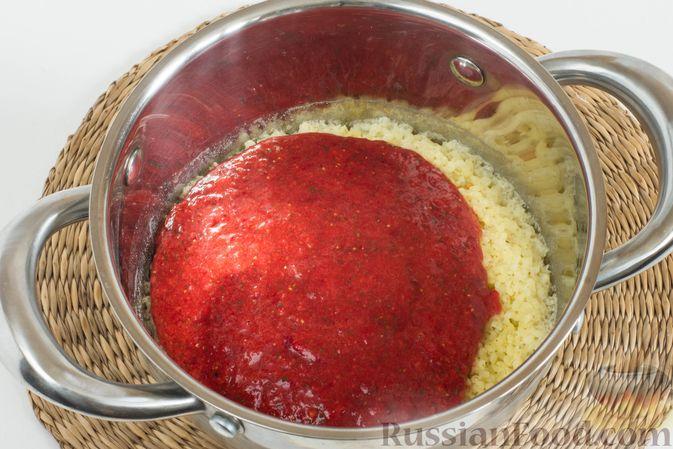 Фото приготовления рецепта: Пшенная каша с клубникой и мятой - шаг №7