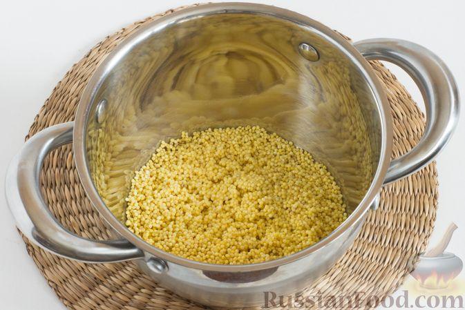 Фото приготовления рецепта: Пшенная каша с клубникой и мятой - шаг №2