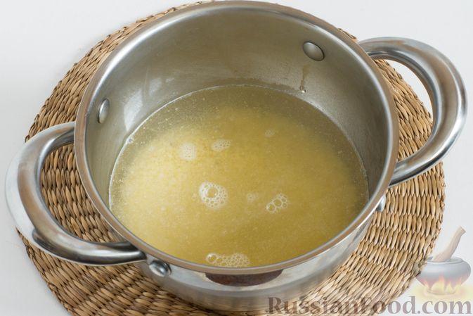 Фото приготовления рецепта: Пшенная каша с клубникой и мятой - шаг №3