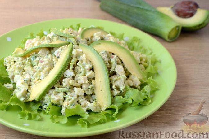 Фото к рецепту: Картофельный салат с копчёной курицей и сметанной заправкой с авокадо