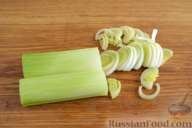 Фото приготовления рецепта: Картофельный салат с копчёной курицей и сметанной заправкой с авокадо - шаг №5