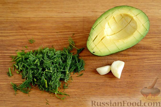 Фото приготовления рецепта: Картофельный салат с копчёной курицей и сметанной заправкой с авокадо - шаг №6