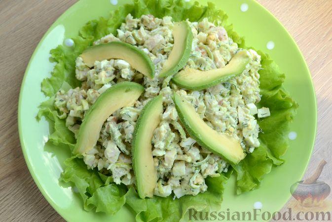 Фото приготовления рецепта: Картофельный салат с копчёной курицей и сметанной заправкой с авокадо - шаг №10