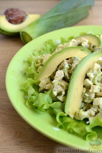 Фото приготовления рецепта: Картофельный салат с копчёной курицей и сметанной заправкой с авокадо - шаг №12