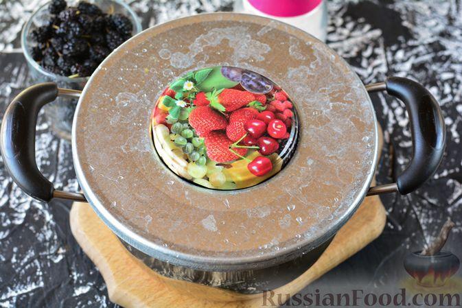 Фото приготовления рецепта: Компот из шелковицы на зиму - шаг №4