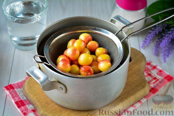 Фото приготовления рецепта: Компот из жёлтой черешни на зиму - шаг №4