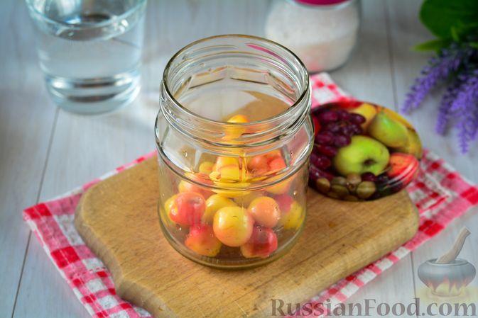 Фото приготовления рецепта: Компот из жёлтой черешни на зиму - шаг №5