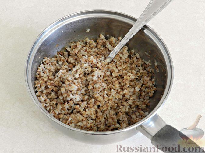 Фото приготовления рецепта: Дрожжевые пирожки с рыбой, варёными яйцами и зелёным луком - шаг №6