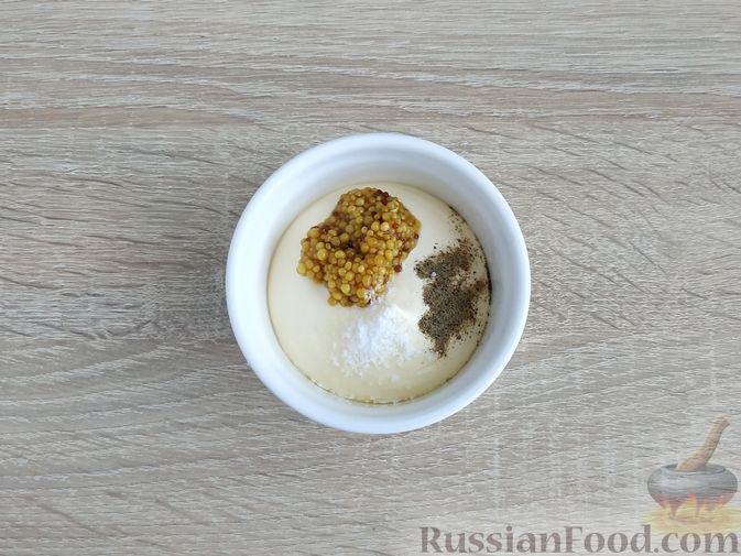 Фото приготовления рецепта: Салат из курицы с огурцом, яйцом и семечками - шаг №10