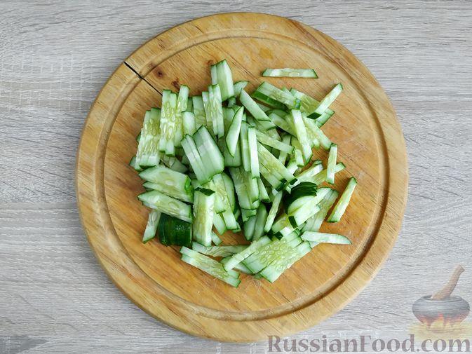 Фото приготовления рецепта: Салат из курицы с огурцом, яйцом и семечками - шаг №7
