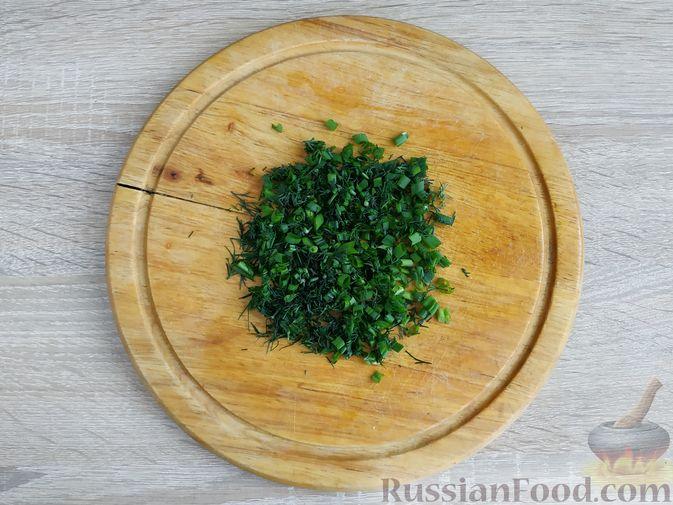 Фото приготовления рецепта: Салат из курицы с огурцом, яйцом и семечками - шаг №8