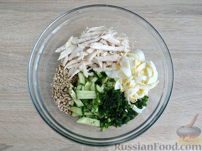 Фото приготовления рецепта: Салат из курицы с огурцом, яйцом и семечками - шаг №9