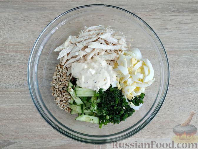Фото приготовления рецепта: Салат из курицы с огурцом, яйцом и семечками - шаг №12