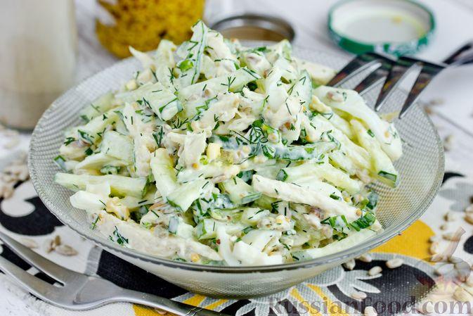 Фото приготовления рецепта: Салат из курицы с огурцом, яйцом и семечками - шаг №14
