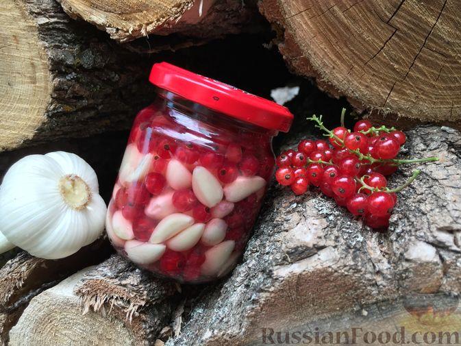 Фото к рецепту: Чеснок, маринованный с ягодами брусники, красной смородины или клюквы