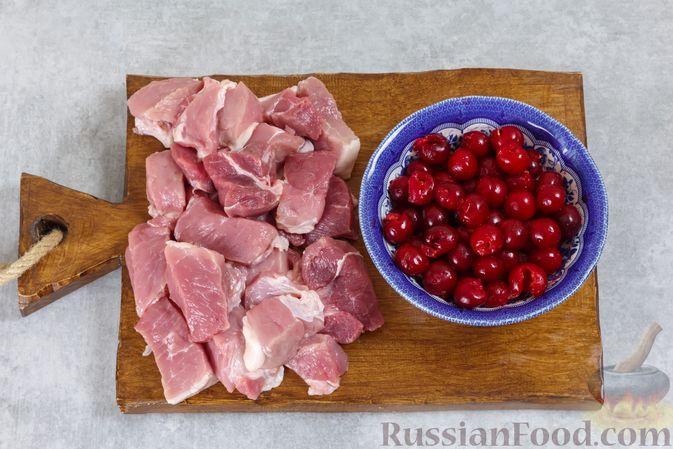Фото приготовления рецепта: Мясо, запечённое с вишней, в духовке - шаг №2