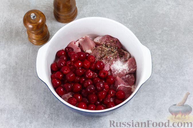 Фото приготовления рецепта: Мясо, запечённое с вишней, в духовке - шаг №3