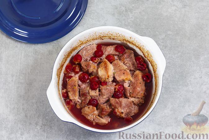 Фото приготовления рецепта: Мясо, запечённое с вишней, в духовке - шаг №5