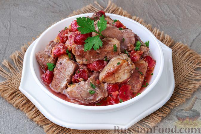 Фото приготовления рецепта: Мясо, запечённое с вишней, в духовке - шаг №7