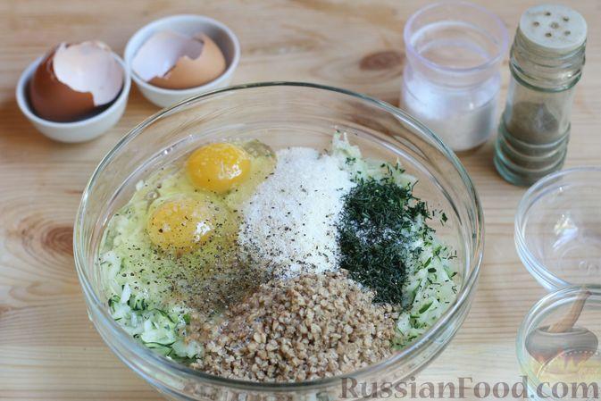 Фото приготовления рецепта: Салат с курицей, сельдереем и кукурузой - шаг №8