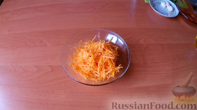 Фото приготовления рецепта: Салат с колбасой, помидорами, сыром, сухариками и маком - шаг №5