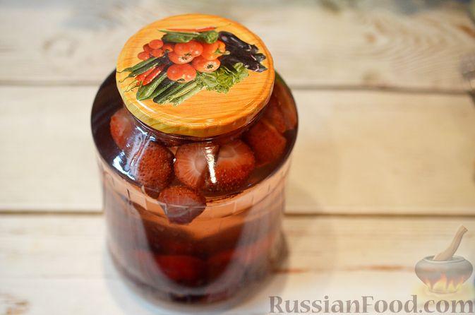 Фото приготовления рецепта: Компот из черешни и клубники  без стерилизации (на зиму) - шаг №9