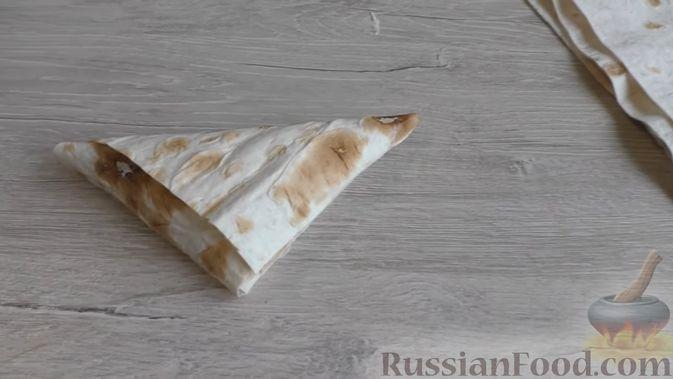 Фото приготовления рецепта: Треугольнички из лаваша с творогом, бананом и вишней - шаг №4