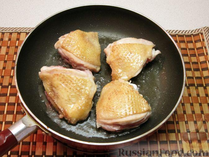 Фото приготовления рецепта: Слоёный салат со шпротами, картофелем,  солёными огурцами и маслинами - шаг №8