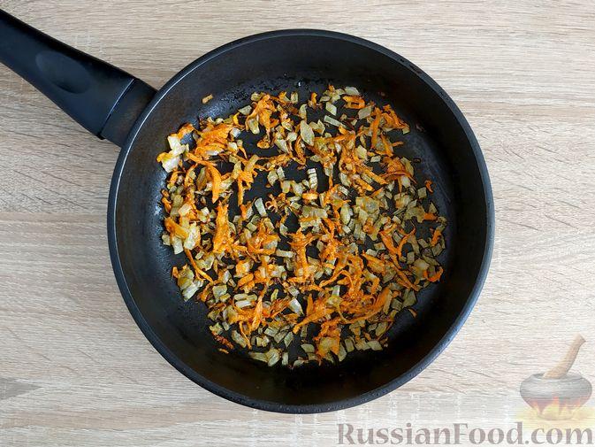 Фото приготовления рецепта: Слоёный салат с языком, шампиньонами, маринованными огурцами, морковью и сыром - шаг №25