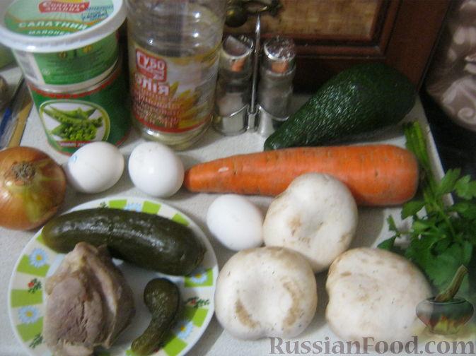 Фото приготовления рецепта: Слоёный салат с копчёной курицей, картофелем, морковью, свёклой и черносливом - шаг №13