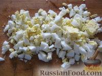 """Фото приготовления рецепта: Салат с сухариками """"Королевский"""" - шаг №3"""