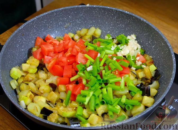 """Фото приготовления рецепта: Пирог """"Ель"""" из слоёного теста, с томатным соусом и сыром - шаг №17"""