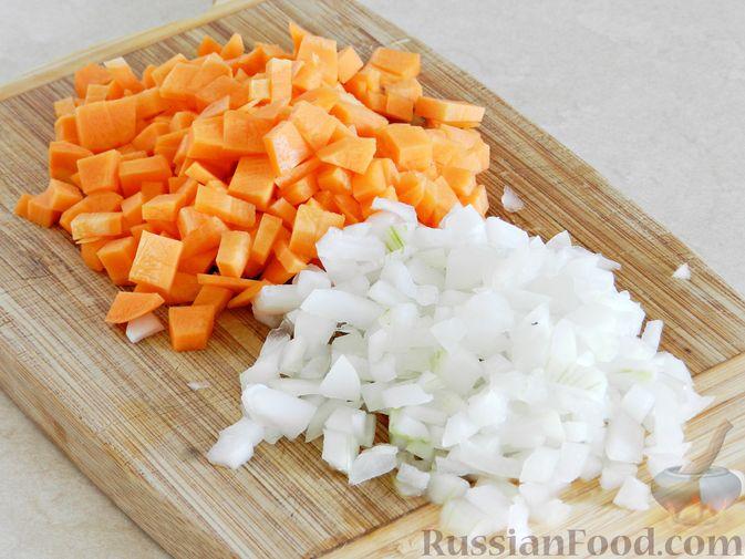 Фото приготовления рецепта: Овощной суп из пекинской капусты со свежим горошком - шаг №2