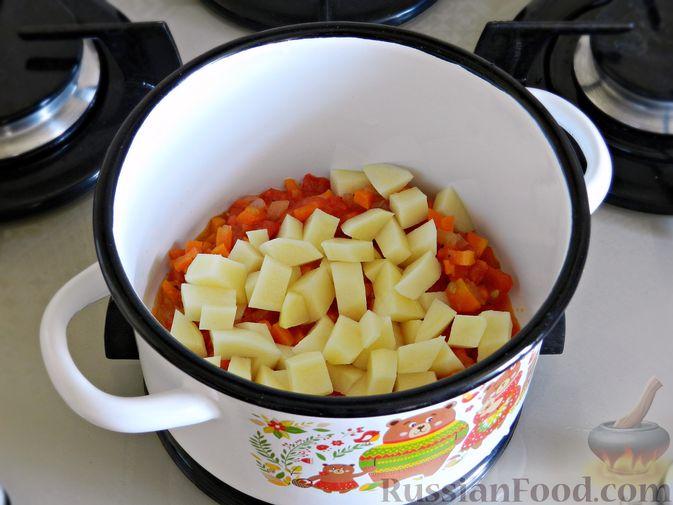 Фото приготовления рецепта: Овощной суп из пекинской капусты со свежим горошком - шаг №7
