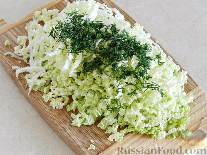 Фото приготовления рецепта: Овощной суп из пекинской капусты со свежим горошком - шаг №3