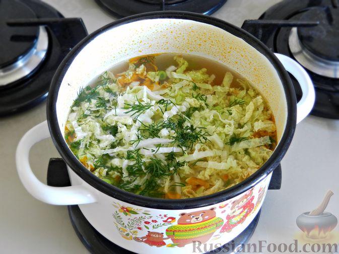 Фото приготовления рецепта: Овощной суп из пекинской капусты со свежим горошком - шаг №10